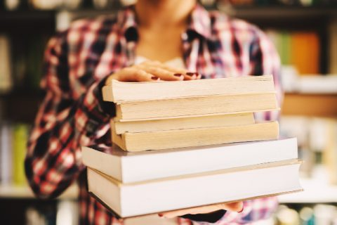 """Cui i se poate adresa cartea """"Farmacologie Ilustrata"""" si ce anume o recomanda?"""